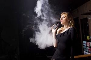 Frau die dampft Dampfi Blog